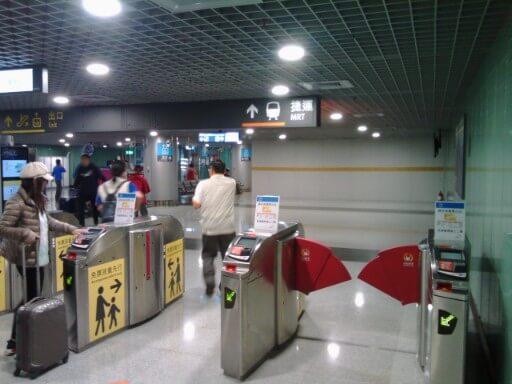 高鐵桃園駅の改札出口